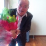 講話の受講生からハーブの花束を贈呈される高安社長