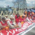 オスプレイ配備に抗議、基地ゲートに座り込む