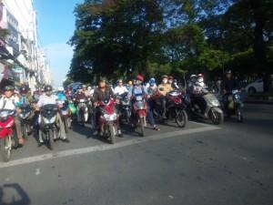 通勤ラッシュで信号待ちのバイクの放列