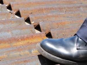 市民の抗議行動を阻むために、道路と基地ゲートの間の地面に敷かれた山型の鉄板