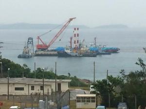 作業船にはいくつものトンブロック積み込まれている