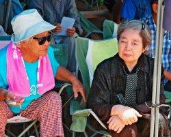島袋文子さん(86歳)の話を聞く樹木希林さん